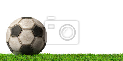 Piłka nożna - Piłka z zielonej trawie / Fragment starego czarno-białe piłki nożnej (piłka nożna) samodzielnie na białym tle z zieloną trawę