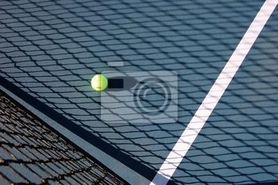 Naklejka Piłka tenisowa na dworze w cieniu siatki