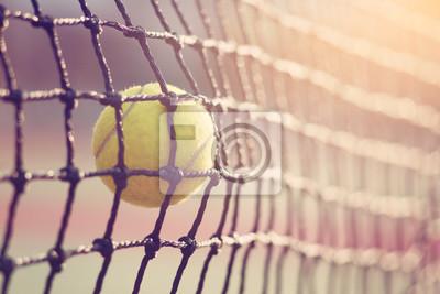 Naklejka Piłka tenisowa uderzając w siatkówkę na kort tenisowy z miejsca na kopię.