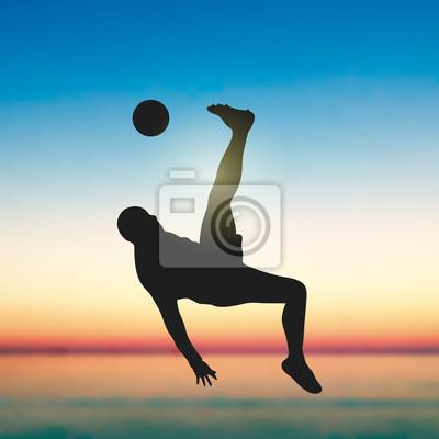 Piłkarz Overhead Kicking Sylwetki pod słońca