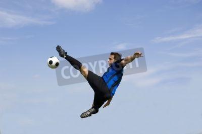 Piłkarz przeciw błękitne niebo podejmowania siatkówka - Piłka nożna