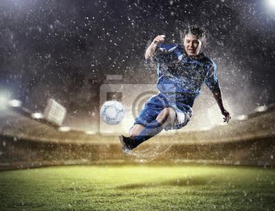 piłkarz uderzając piłkę
