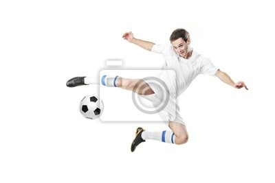 Piłkarz z piłką w akcji na białym