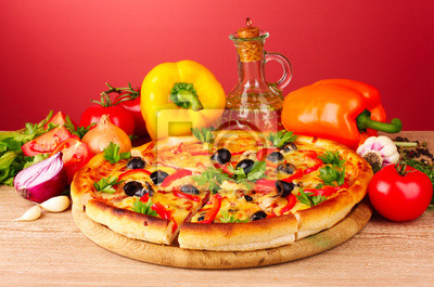 pizzy i warzyw na czerwonym tle