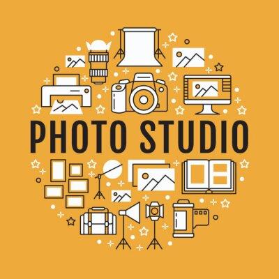 Plakat sprzętu fotograficznego z ikonami płaskiej linii. Aparat cyfrowy, zdjęcia, oświetlenie kamer wideo, karta pamięci z akcesoriami fotograficznymi, statyw. Wektorowa okrąg ilustracja, pojęcia phot