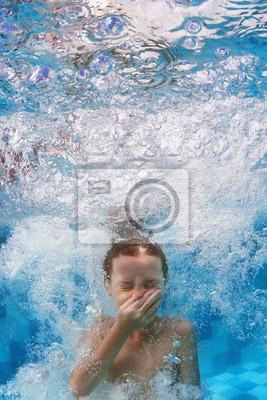 Pływanie pod wodą dziecko skacze w niebieskim basen z odpryskami