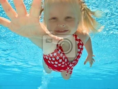 Pływanie pod wodą w basenie dziecko