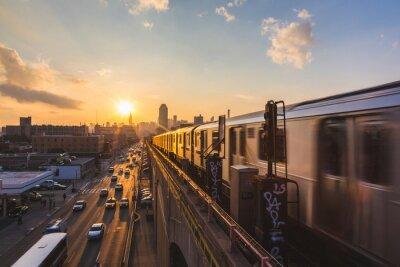 Naklejka Pociąg metra w Nowym Jorku o zachodzie słońca