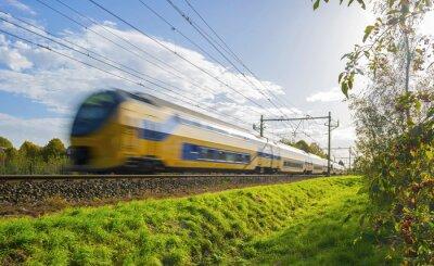 Naklejka Pociąg pasażerski w ruchu z dużą prędkością w słońcu