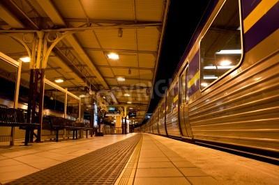 Naklejka Pociąg zatrzymał się na stacji kolejowej w nocy