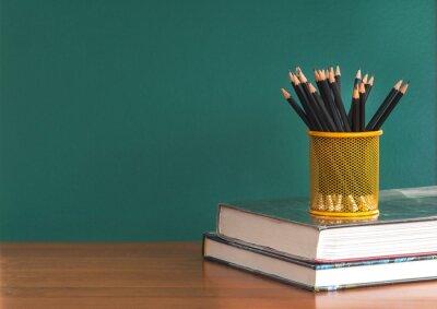 Pojęcie edukacji lub powrót do szkoły na zielonym tle