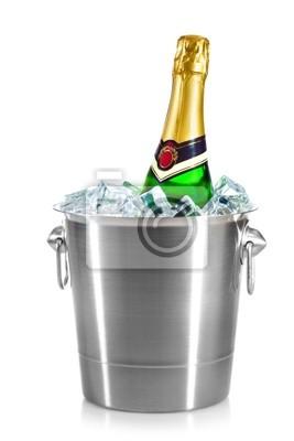 pojedyncze butelki szampana w lodzie