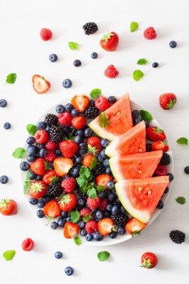 Naklejka półmisek owoców i jagód na białym. jagoda, truskawka, malina, jeżyna, arbuz