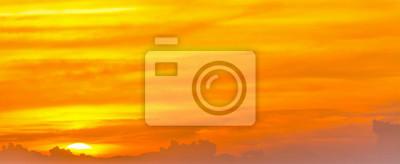 Pomarańczowe niebo z chmurami o zmierzchu