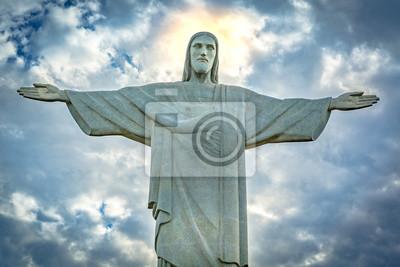 Naklejka Pomnik Chrystusa Odkupiciela pod dramatycznego nieba słońca. Chrystus Odkupiciel jest rzeźba Art Deco stworzony przez francuskiego rzeźbiarza Paul Landowski