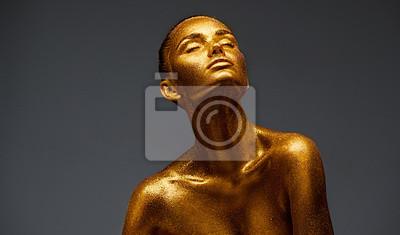 Portret kobiety piękna złota skóra. Moda modela dziewczyna z wakacyjnym złotym makeup. Sztuka ciała