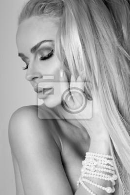 Portret piękne kobiety blond bardzo w zmysłowej fryzury