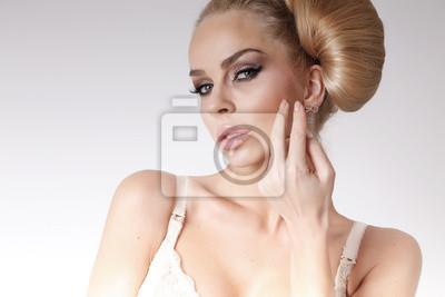 Portret pięknej blond kobieta z zielonymi oczami bardzo