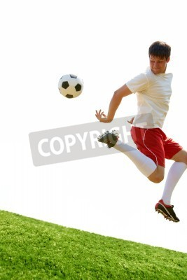 Portret piłkarz skoki z piłką na boisku