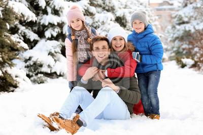 Portret szczęśliwa rodzina w zima parku