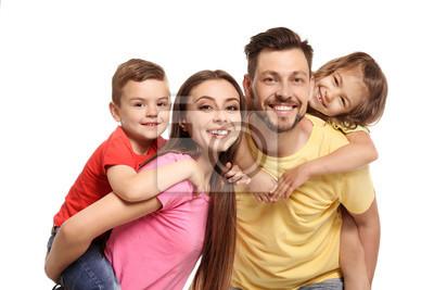 Portret szczęśliwa rodzina z dziećmi na białym tle