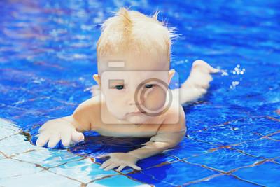 Portret twarzy little baby pływania w basenie z zabawy