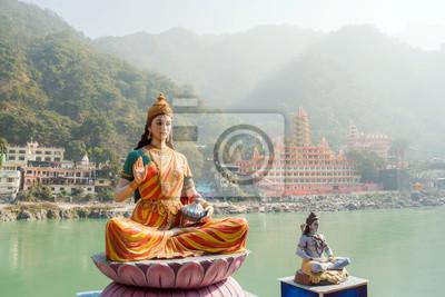 Naklejka Posąg siedzącej bogini Parwati i posągu Shivy na brzegu rzeki Ganga w Rishikesh.