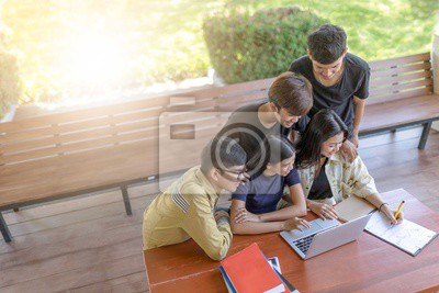 Powrót do szkoły edukacji wiedzy kolegium koncepcji uczelni, studenci wykształcenie social media laptop tablet