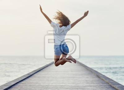 Naklejka Powrót widok dziewczyny skoków na molo