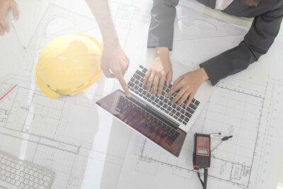 Pracownik pracownik inżyniera dyskusji o plan budowy na miejscu pracy, pracy na biurku.