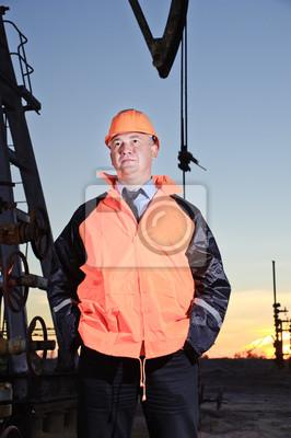 Pracownik w polu naftowym.
