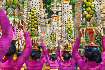 Procesja piękne balijskie kobiety w tradycyjnych strojach - sarong, przeprowadzić oferując na głowy dla hinduskiej ceremonii. Festiwal Sztuka, kultura wyspy Bali i Indonezji ludzi. Asian tło podróży