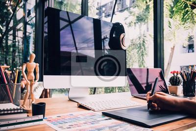 Naklejka projektant graficzny rysunek szkice z tablet i laptopa projektowanie projektu projektanta, projektant graficzny koncepcja