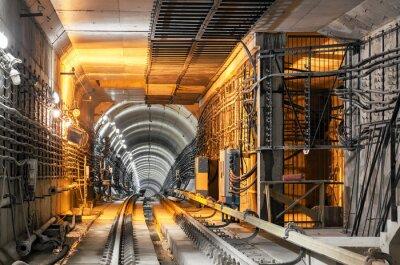 Naklejka Przechodząc w dół podziemnego tunelu metra
