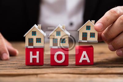 Naklejka Przedsiębiorca umieszcza model domu na blokach HOA