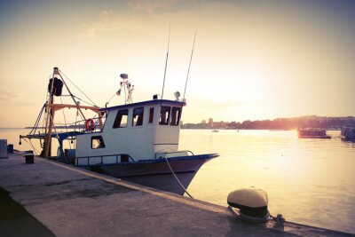 Naklejka Przemysłowych łodzi rybackich zacumowany w porcie. Archiwalne zdjęcie kontrasty