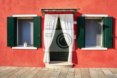 Przód czerwonego domu na wyspie Burano. Włochy, Wenecja