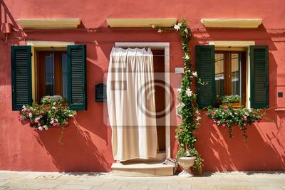 Przód czerwony dom z kwiatami na wyspie Burano. Wenecja, Włochy