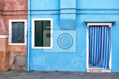 Przód niebieskiego domu na wyspie Burano. Włochy, Wenecja