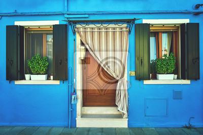 Przód niebieskiego domu na wyspie Burano. Włochy, Wenecja. Toned