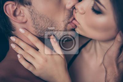 Naklejka Przycięte zbliżenie profil zdjęcie boczne wyczulony nęcący kuszący namiętny gorący pożądany marzycielski buzi między horny sexy piękne atrakcyjne urocze przystojni kochankowie dotykając rękami