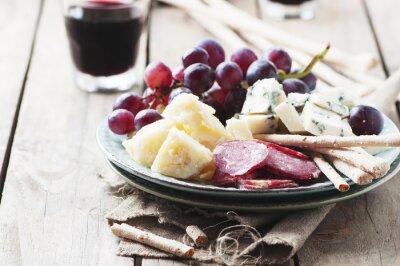 Naklejka Przystawka z serem, kiełbasą i winogron