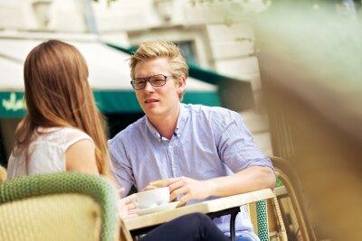 Przystojny Blond w dyskusję z dziewczyną