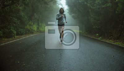 Naklejka Przystojny jogger działa w egzotycznej okolicy