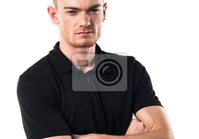Przystojny mężczyzna z rękami skrzyżowanymi