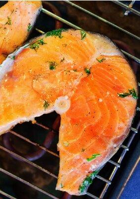 Naklejka Pstrąg smażony stek na grillu.