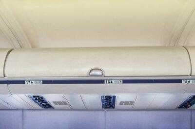 Pudełka na bagaż podręczny w samolocie.