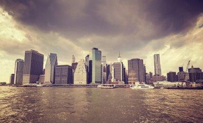 Naklejka Purpurowy stary film stylizowany deszczowe chmury nad Manhattan nabrzeża, NYC.