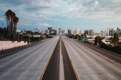 Naklejka Pusta autostrada San Diego z Sunset Sky - poziomy, poziomy widok krajobrazu San Diego, Kalifornia, USA Skyline z pustą autostradą na pierwszym planie. Autostrada 5