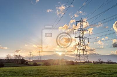 Naklejka Pylon energii elektrycznej - w Wielkiej Brytanii średnia napowietrzna linia elektroenergetyczna Transmisja wieża o zachodzie słońca.